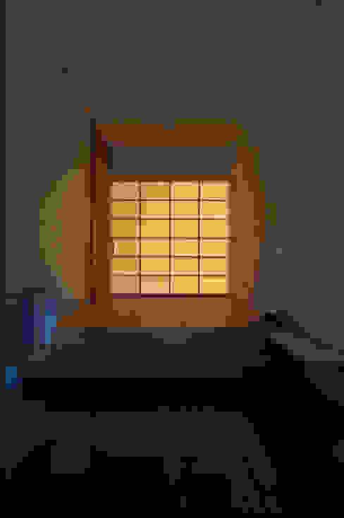 玄関の光壁: DEMU建築設計事務所が手掛けた壁です。,ラスティック