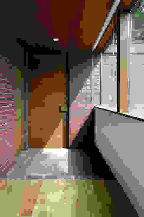 玄関~029那須Hさんの家 クラシカルスタイルの 玄関&廊下&階段 の atelier137 ARCHITECTURAL DESIGN OFFICE クラシック レンガ