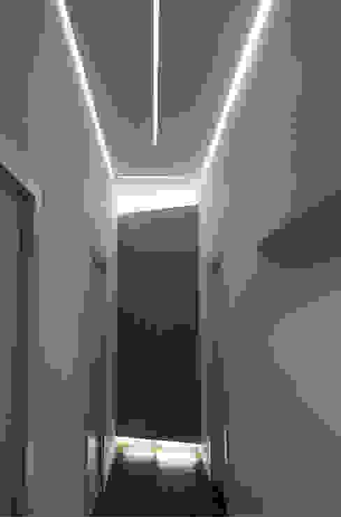 Casa T2A Ingresso, Corridoio & Scale in stile moderno di EStudio Architettura Moderno