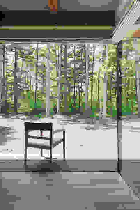 テラスへとつながる縁側的な空間~025軽井沢Sさんの家 北欧デザインの テラス の atelier137 ARCHITECTURAL DESIGN OFFICE 北欧 ガラス