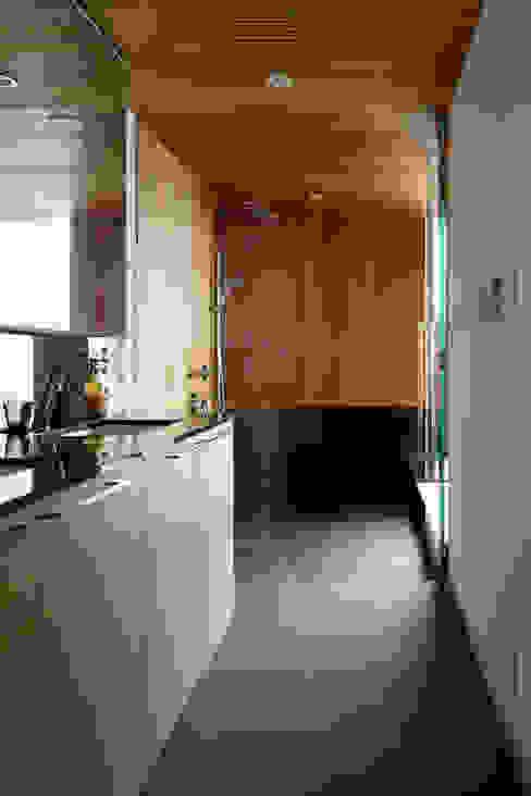 洗面脱衣室~甲府 I さんの家: atelier137 ARCHITECTURAL DESIGN OFFICEが手掛けた浴室です。,和風 石