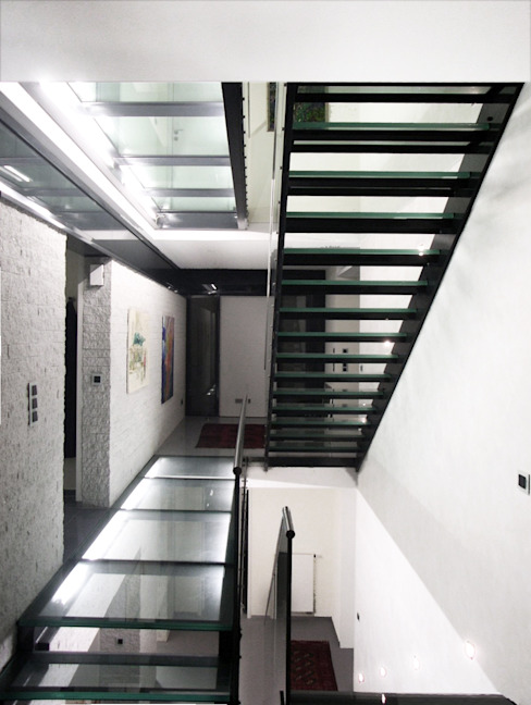 Architekturbüro Sahle Modern corridor, hallway & stairs