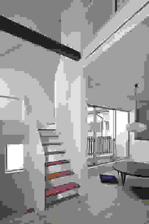 島本町の家: 松本建築事務所/MA2 ARCHITECTSが手掛けたリビングです。,モダン