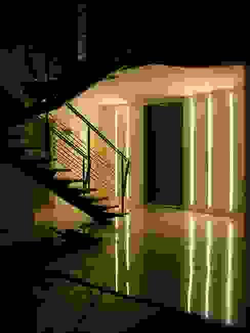 Couloir, entrée, escaliers minimalistes par A+R Architects Minimaliste