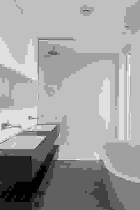 Modern bathroom by SOHOarchitekten Modern
