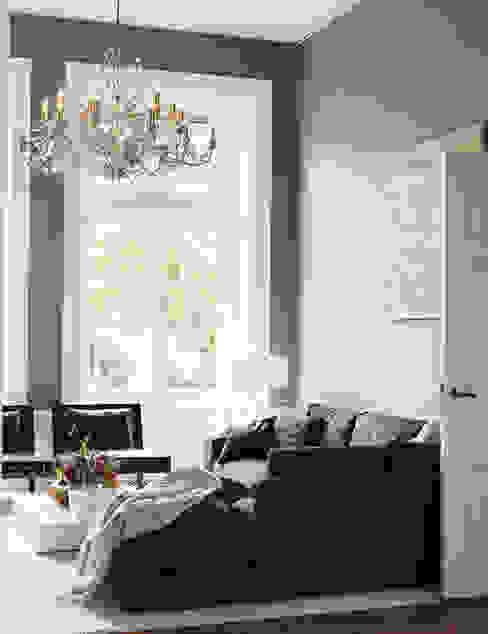 italiaans design gecombineerd met klassieke elementen:  Woonkamer door choc studio interieur,