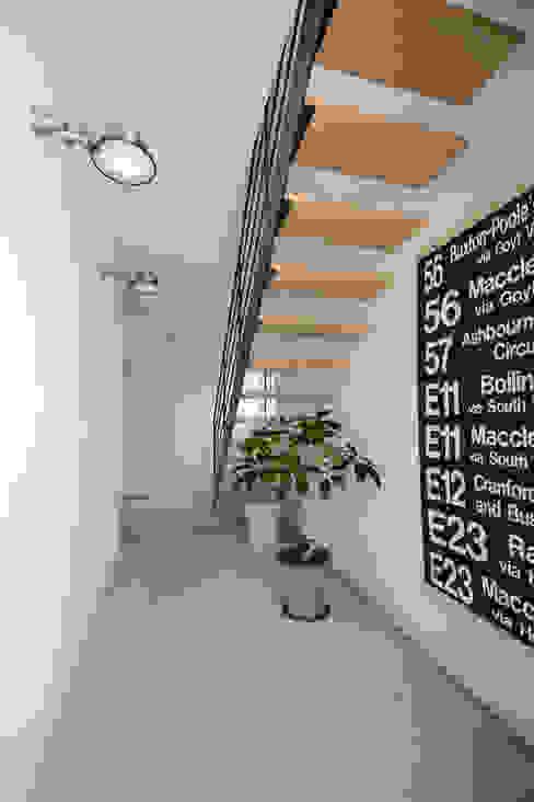 Pasillos y recibidores de estilo  por 石躍健志建築設計事務所