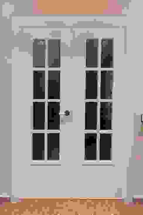 Puerta lacada en blanco de MUDEYBA S.L. Clásico
