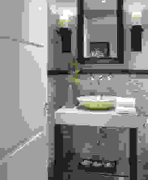 pierre et marbre Salle de bain classique par Bombardier et Cie Classique
