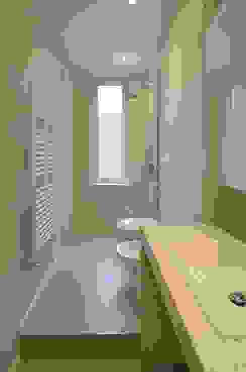 Minimalist style bathroom by ministudio architetti Minimalist
