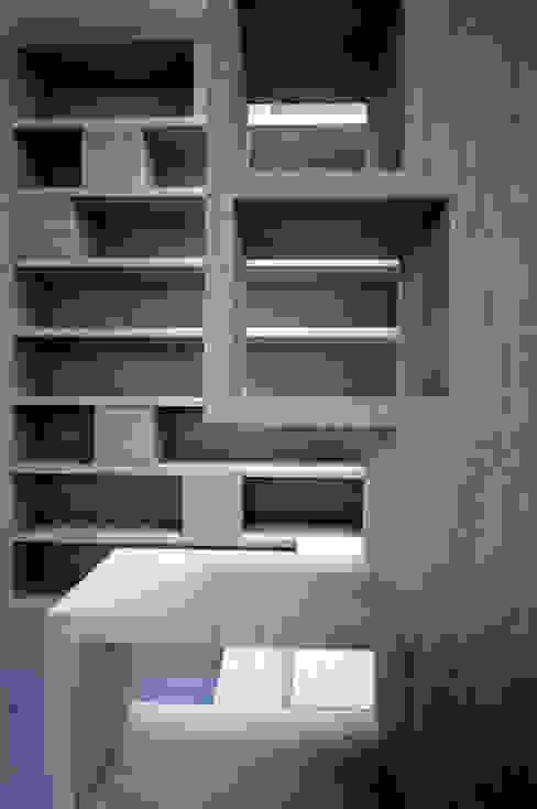 Pasillos, vestíbulos y escaleras modernos de Atelier TO-AU Moderno