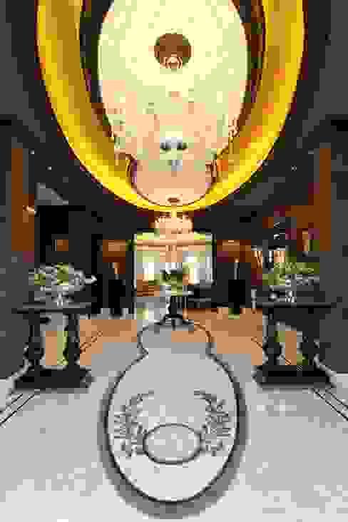 Contemporary Classical Villa in Kemer Golf & Country Klasik Koridor, Hol & Merdivenler Orkun İndere Interiors Klasik