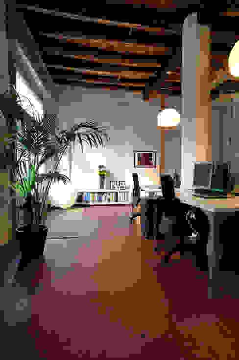 Una ex officina meccanica di precisione prende vita Studio in stile industriale di ec&co. | architetti | Milano Industrial