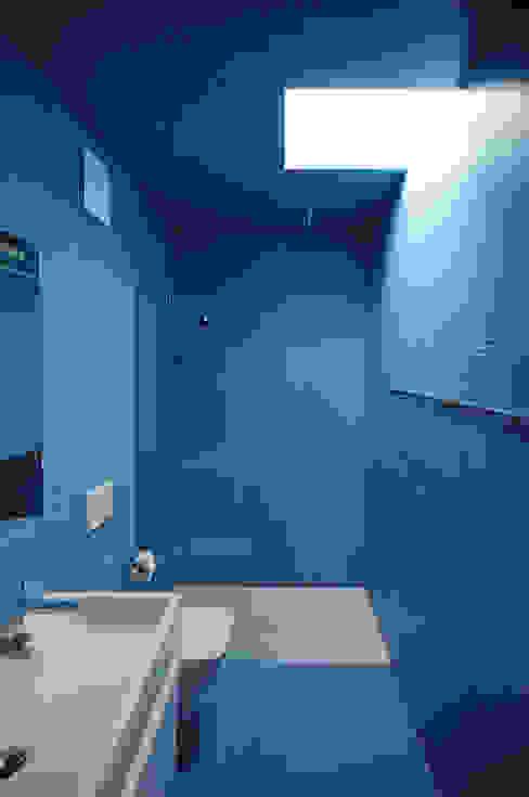 Wohn- und Atelierhaus Mühlestrasse, Edlibach Schweiz Minimalistische Badezimmer von amreinherzig Minimalistisch