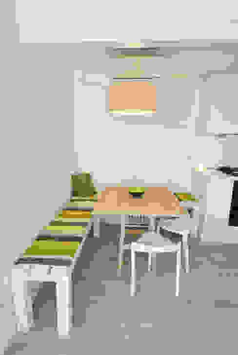 Minimalist dining room by Formaementis Minimalist