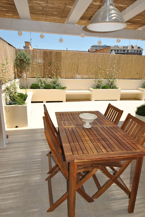 Minimalist balcony, veranda & terrace by Formaementis Minimalist