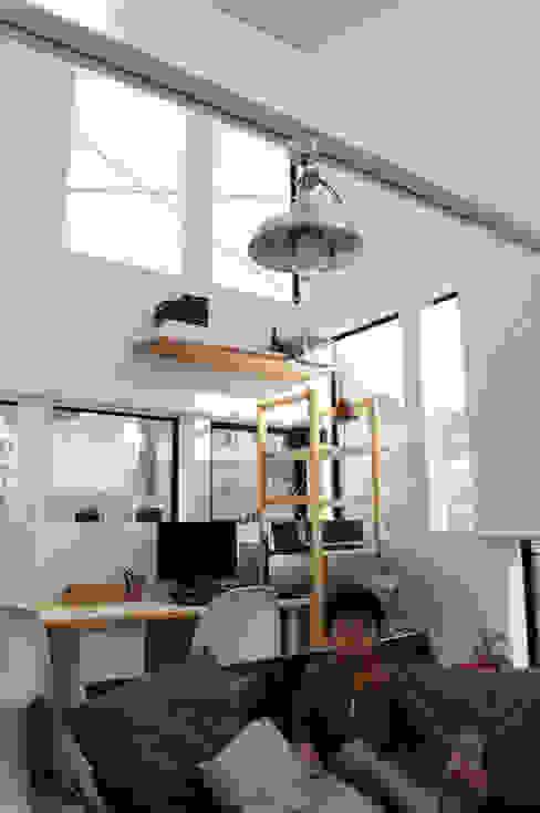 Living room bởi 株式会社小島真知建築設計事務所 / Masatomo Kojima Architects Hiện đại