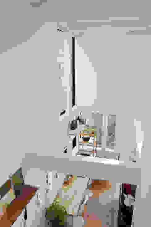 Living room Phòng thay đồ phong cách hiện đại bởi 株式会社小島真知建築設計事務所 / Masatomo Kojima Architects Hiện đại