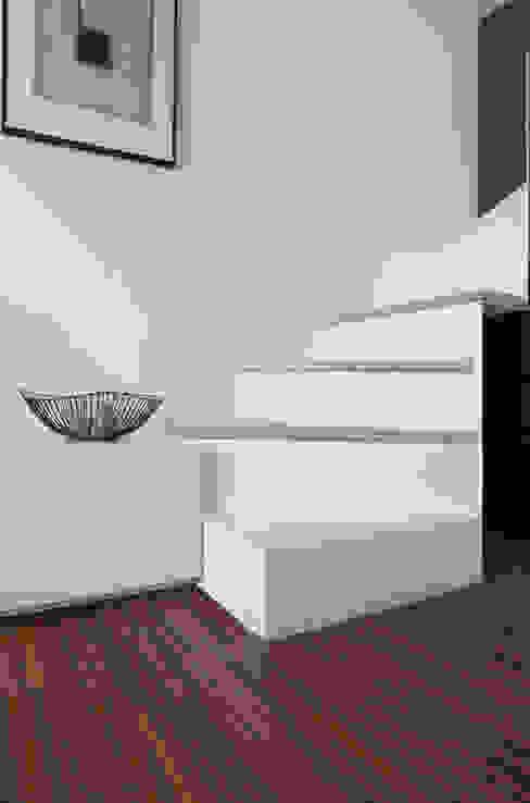 Dettaglio della scala in soggiorno Soggiorno minimalista di PLUS ULTRA studio Minimalista