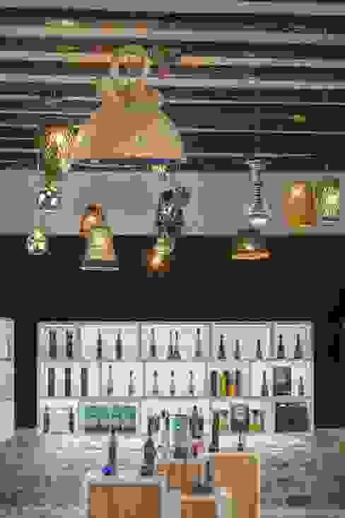 Tienda del Aceite, Úbeda Espacios comerciales de estilo ecléctico de moreandmore design Ecléctico