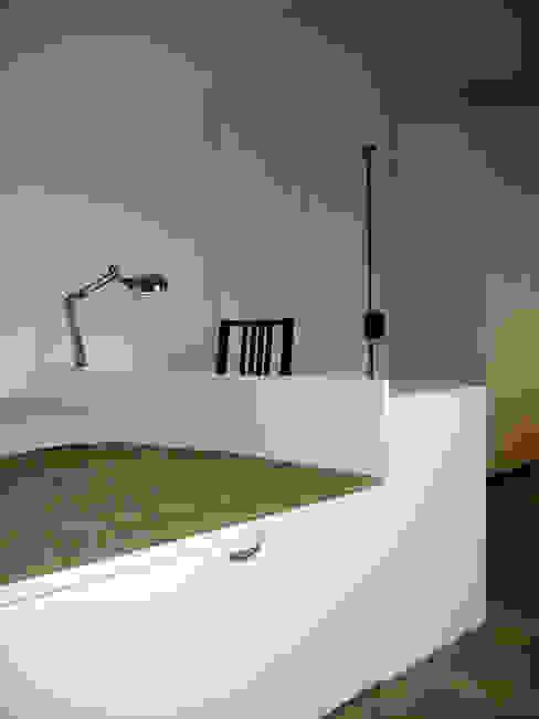 """3 """"chambres de bonne"""" transformées en studio meublé-luxe Pogonos Bureau moderne"""