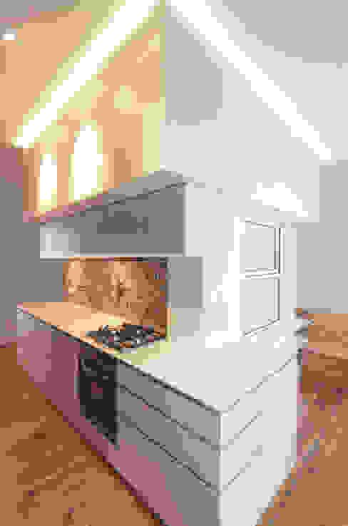 BADKUBUS MIT ABWICKLUNG KÜCHENZEILE UND DARÜBERLIEGENDEM STAURAUM Moderne Küchen von Eyrich Hertweck Architekten Modern