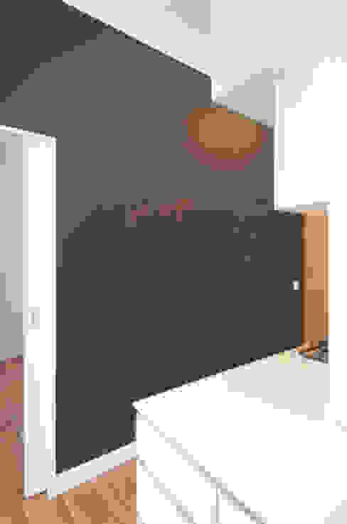 WAND MIT TAFELFARBE UND SCHIEBETÜR Eyrich Hertweck Architekten Moderne Küchen