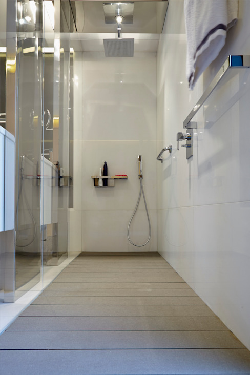 Baño con suelo de tarima técnica de exterior gris - Tarimas de Autor Bagno in stile classico di Tarimas de Autor Classico
