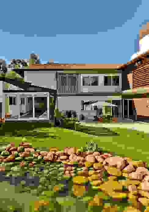 Jardim com lago Jardins tropicais por Espaço do Traço arquitetura Tropical