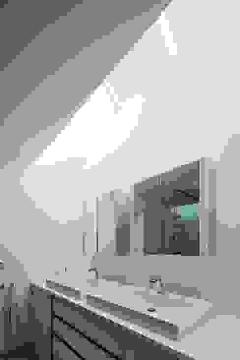 Wohnhaus mit Praxis Moderne Badezimmer von Claus + Pretzsch Architekten BDA Modern