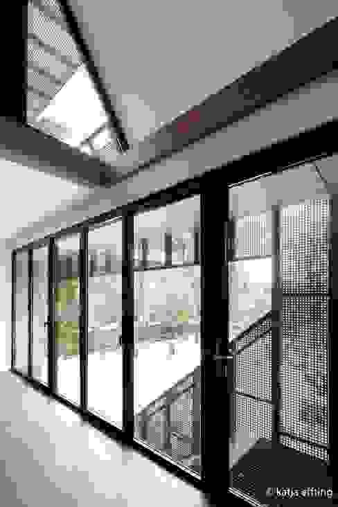 ITC Annex - kitchen view Moderne ramen & deuren van Mirck Architecture Modern