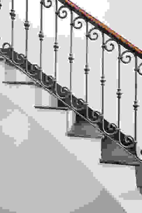 Officina29_ARCHITETTI Corredores, halls e escadas clássicos