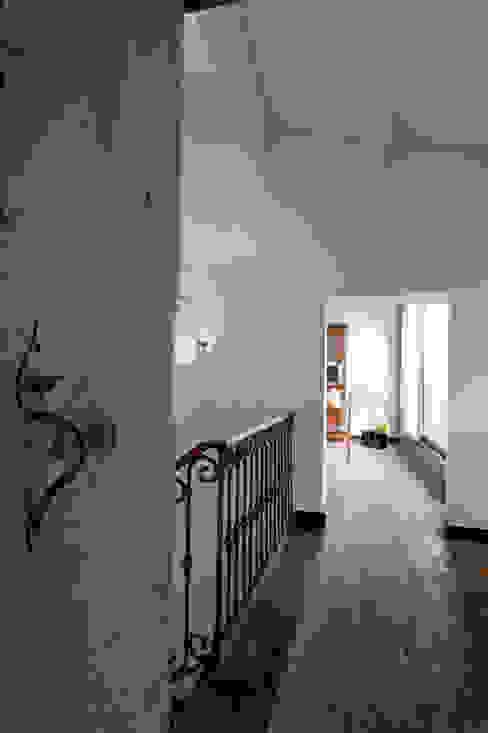 Pasillos, vestíbulos y escaleras de estilo moderno de Officina29_ARCHITETTI Moderno