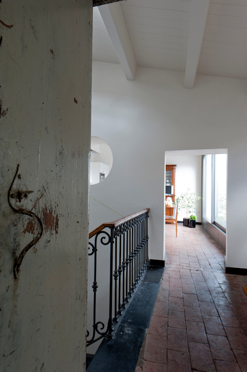 Modern corridor, hallway & stairs by Officina29_ARCHITETTI Modern