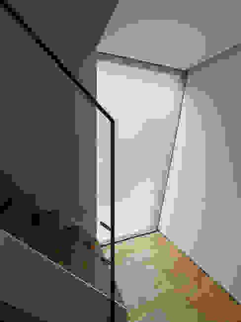 Pasillos y vestíbulos de estilo  por 栗原隆建築設計事務所, Moderno