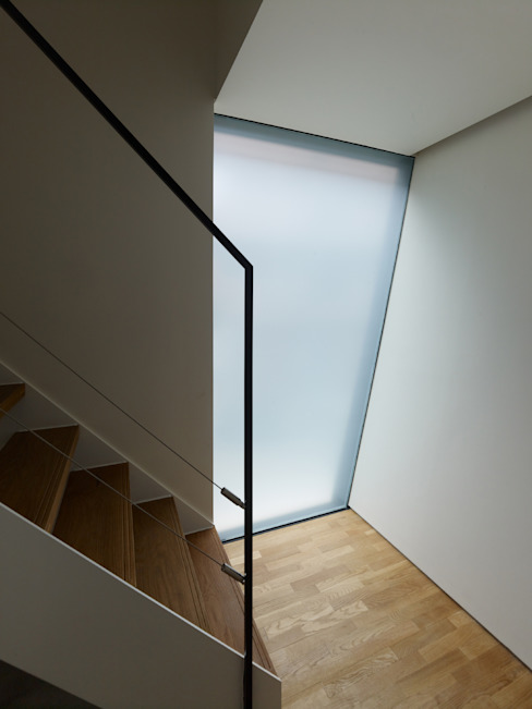Modern corridor, hallway & stairs by 栗原隆建築設計事務所 Modern