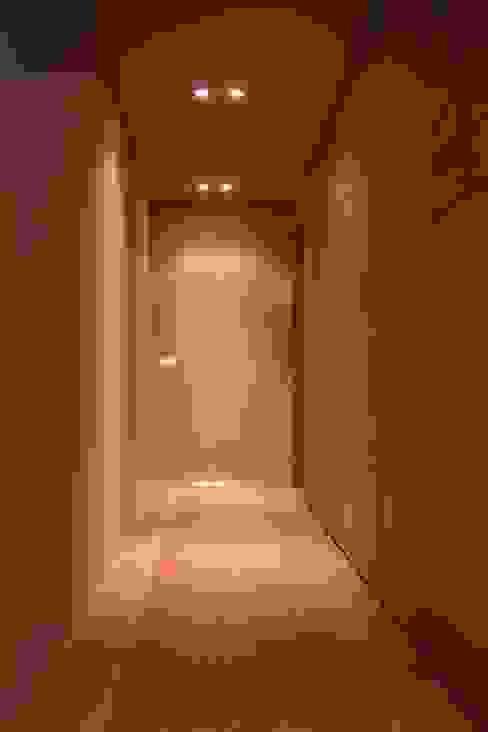 Modern Corridor, Hallway and Staircase by davide petronici   architettura Modern