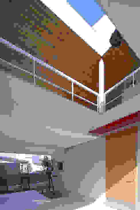 スルウ: 一級建築士事務所 楽工舎が手掛けたガレージです。,モダン