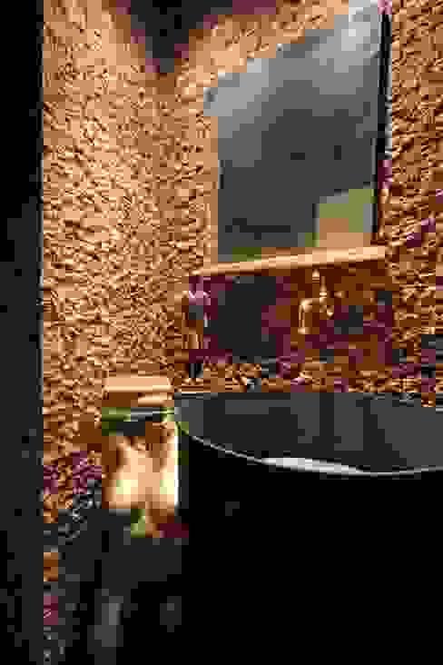 Minimalistyczna łazienka od ZAAV Arquitetura Minimalistyczny