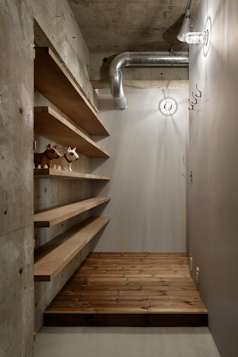 Corridor & hallway by 蘆田暢人建築設計事務所 ​Ashida Architect & Associates, Rustic