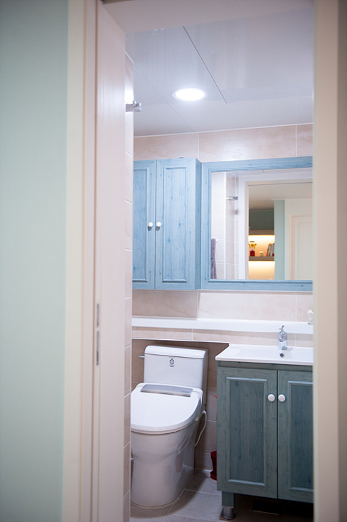 엄마의 사랑이 피어나는 러블리 하우스 지중해스타일 욕실 by 퍼스트애비뉴 지중해