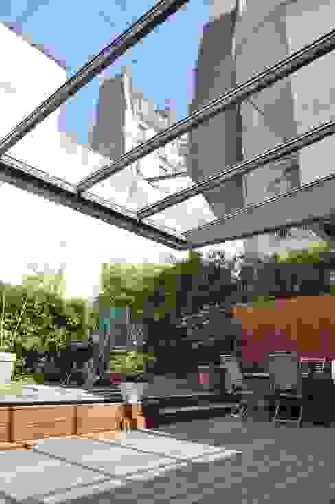 Verrière extérieure Balcon, Veranda & Terrasse industriels par LA TRAVERSE architecture Industriel