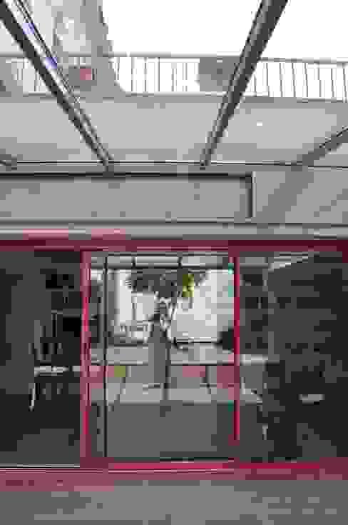 S'ouvrir à la Nature , à la Lumière et à l'espace Balcon, Veranda & Terrasse industriels par LA TRAVERSE architecture Industriel