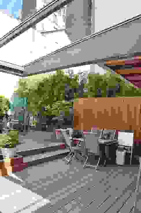 Terrasse bois sur jardin Balcon, Veranda & Terrasse minimalistes par LA TRAVERSE architecture Minimaliste