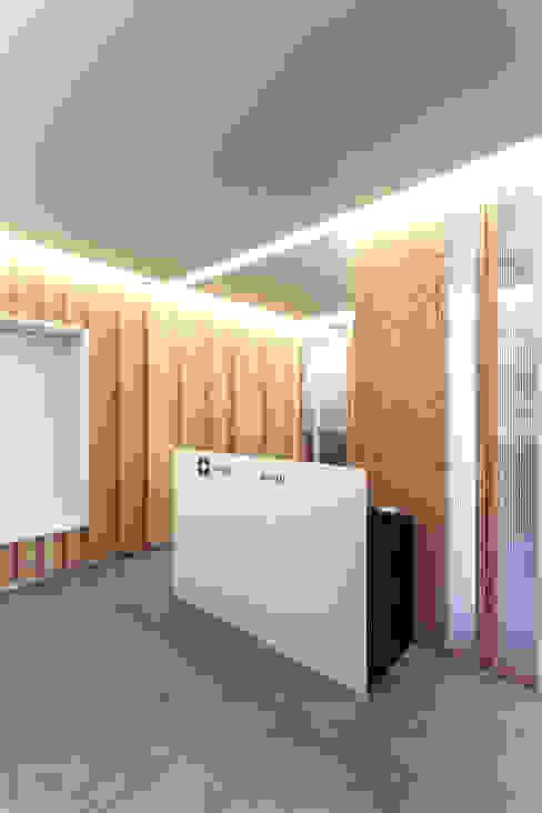 La reception e il desk PLUS ULTRA studio Studio moderno