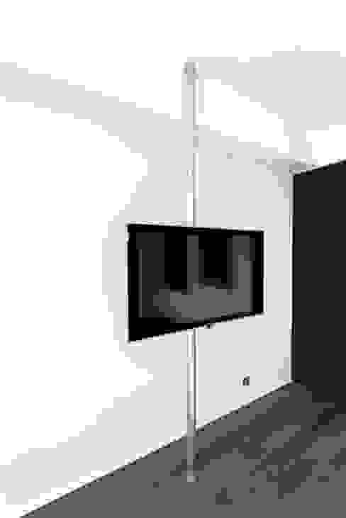 TV sur mat dans chambre par BARONBARON Moderne