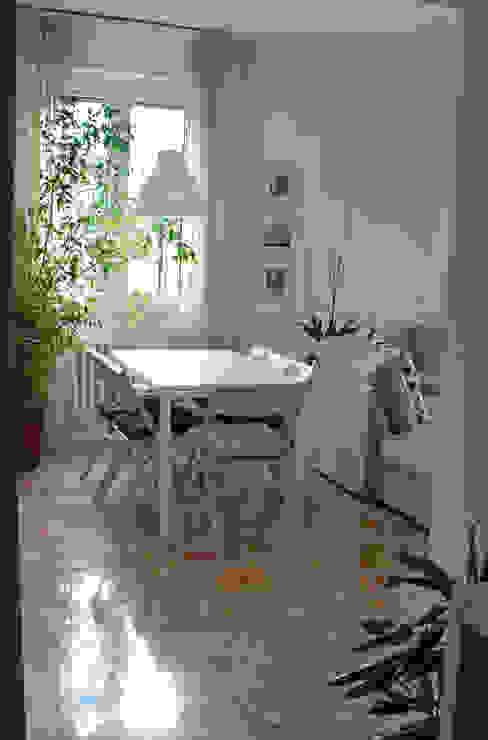 Appartamento sul lago Soggiorno minimalista di studio 'dragora architettura e paesaggio Minimalista