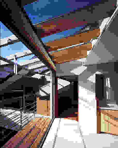 光を抱く家: 西島正樹/プライム一級建築士事務所 が手掛けたサンルームです。,オリジナル