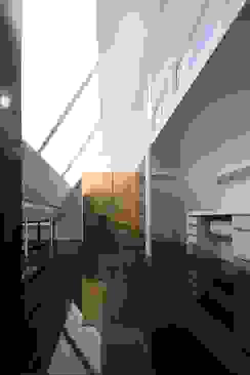 ロフトのサイドライト 濱嵜良実+株式会社 浜﨑工務店一級建築士事務所 モダンデザインの リビング