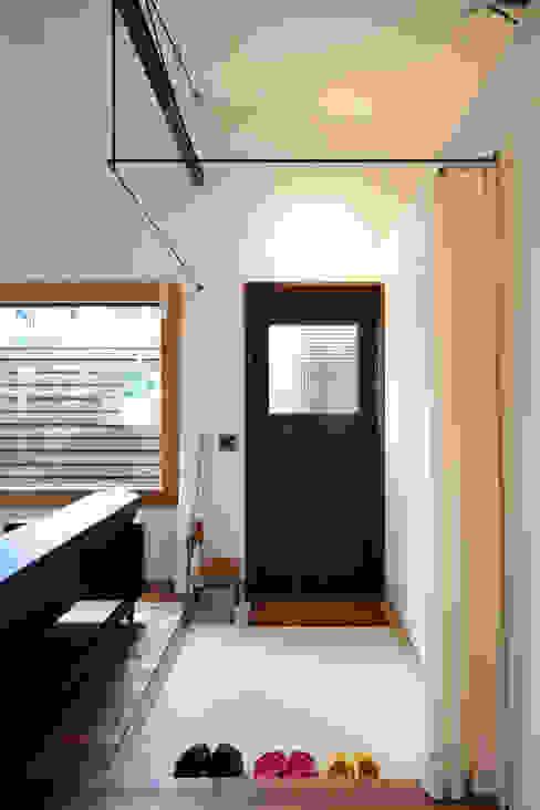 House in Gakuenmae: 設計組織DNAが手掛けた廊下 & 玄関です。,モダン